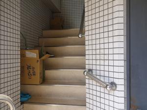 衣笠(きぬがさ)ビル階段