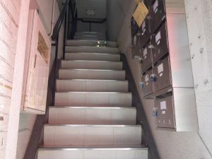 日宝ホワイトビル階段
