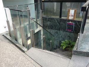 OPUS1(オーパスワン)ビル地下階段