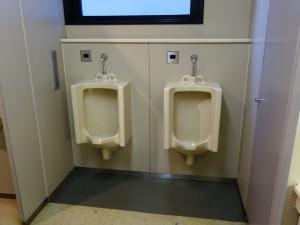 新大阪第2ドイビル男子トイレ