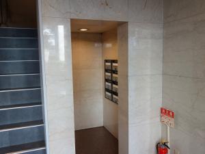 三栄心斎橋ビル階段