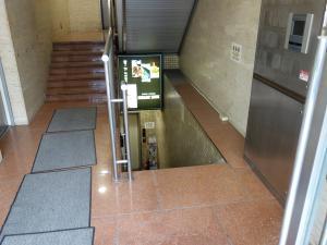 曽根崎東ビル地下階段