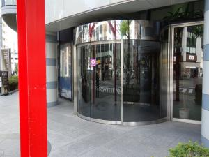 商業ビルエントランス