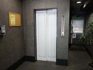 本町翁ビルエレベーター